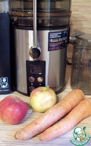 Чудесная моя помощница, соковыжималка SCARLETT.   Я очень люблю морковные фреши! Особенно с молоком! Кстати, пока мой сынуля был на грудном вскармливании пила такой сок для увеличения количества молока!    Ну а теперь мы пьем соки вместе! Поэтому я решила сделать морковный сок чуть более сладким и еще более полезным!    Для начала удаляем сердцевину из яблок и прям половинками отправляем яблоки в горловину соковыжималки (очень нравится, что горловина широкая и фрукты не надо сильно мельчить!).    Включаем 4 скорость - APPLE. Звук не очень громкий, из 2 небольших яблок получилось 120 мл сока, жмых слегка влажный.