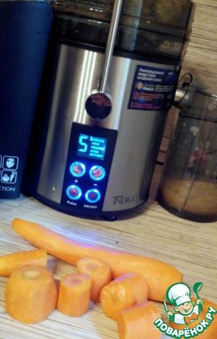 Морковь чистим, режем крупными кусками и отправляем в соковыжималку. Включаем 5 скорость - HARDVEG.    Сока получилось много - около 150 мл. Жмых слегка влажный.    Так вот. Получилось у меня примерно 200 гр жмыха. Не мокрый, не сухой - то, что надо! Добавила я 1 яйцо, 1 ст. л муки грубого помола. Перемешала и испекла 3 оладушка на небольшом количестве растительного масла. Буквально по минуте с каждой стороны.