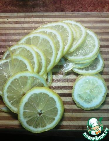 """Лимон вымыть, нарезать очень тонкими кружочками. """"Попки"""" лимонные хорошо срезайте, а то будет сильно горчить."""