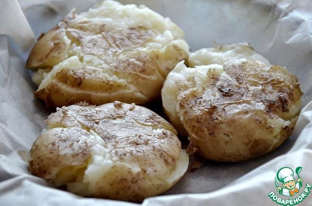 Слегка остудить и приплюснуть блюдцем каждую картофелину.