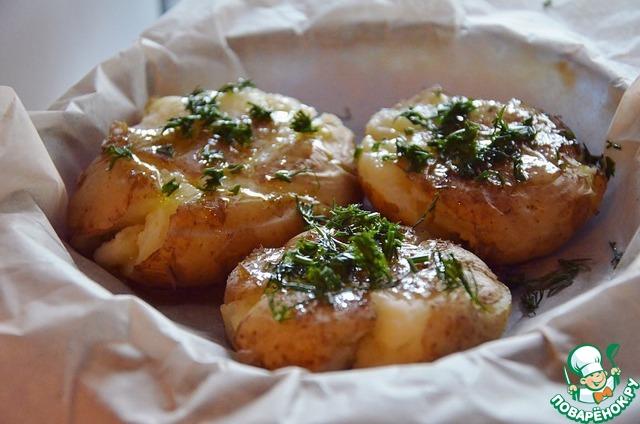 Смазываем каждую картофелину маслом, посыпаем нарезанным укропом.