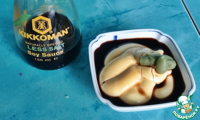 Второй соус попроще в приготовлении, но не менее пикантный на вкус. Возьмём 3 ст. л. лёгкого майонеза, 1\2 ч. л. васаби и 1 ст. л. соевого соуса. Можно добавить 2 ст. л. саке или сухого вина. Размешать всё до однородной массы.