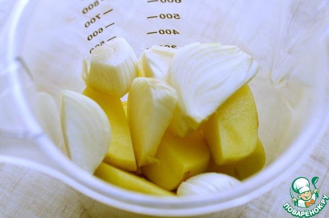 1 Картошку, лук и чеснок почистить, нарезать кусочками и поместить в чашу блендера.