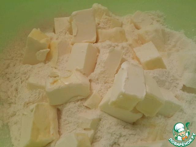 1. Для теста нарезать 250 грамм масла в муку и порубить ножом, затем добавить ванилин.