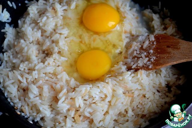 Кладем яйца, перемешиваем