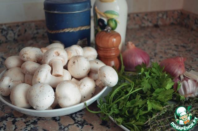 1. Разогреть немного масла, выложить в сковородку мелко резанный лук, пассеровать до прозрачности, добавить чеснок и чайную ложку листьев тимьяна.        2. Через минуту добавить порезанные грибы, посолить, размешать и оставить на 10 минут на медленном огне, пока грибы не приобретут карамельный цвет. За эти 10 минут их больше мешать не надо. Просто пусть готовятся и открывают свой насыщенный аромат.        3. Потом всыпать в грибы муку, размешать и добавить стакан воды. Готовить до получения густого соуса, минут 5.