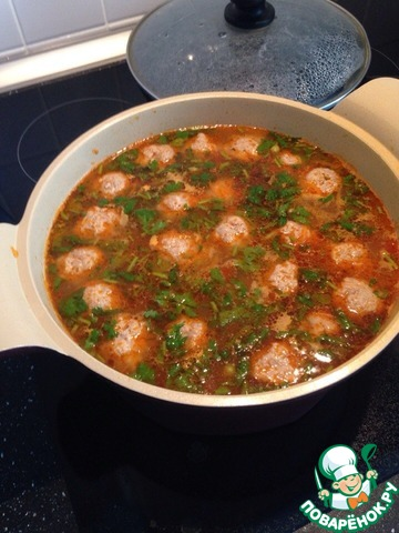 На сливочном масле (можно подсолнечное) обжариваем мелко нарезанный лук 2 мин., затем добавляем морковь, мелко нарезанную соломкой (либо используем терку или блендер).        Как только морковка чуть схватится (2-3 мин), добавляем пару ложек томатного соуса (я брала Долмио).    Перемешать, крышкой накрыть и на 2-3 мин. оставить. Поджарка готова.        К этому времени в кипящую подсоленную воду забрасываем мелко (кому как нравится) нарезанный картофель и варим до полуготовности - минут 15.         Пока картофель готовится, мясной фарш смешиваем с яйцом, перцем, солью и формируем фрикадельки (размер грецкого ореха). Можно добавить чуть муки. Чтобы фарш не прилипал к руке, пока вы делаете шарики, одну руку постоянно смачивайте водой.         Забрасываем наши фрикадельки в кастрюлю с полуготовой картошкой (мин. 15-20). И снимаем накипь.        После добавляем поджарку и лавровые листики, варим 10 мин.