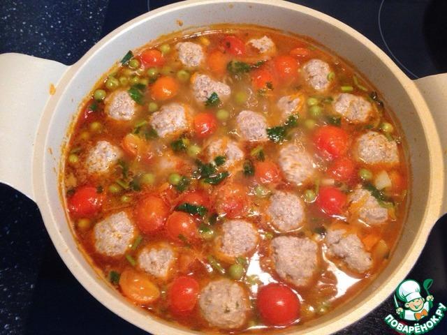 Добавляем зеленый горошек (можно с консервированным рассолом, кому как нравится), помидорчики черри (предварительно порезав на 4 части) и мелко порубленную кинзу, варим 5 мин.    Время указала приблизительно, смотрите по готовности продуктов.    Я подаю суп со сметаной.         Суп готов! всем приятного аппетита ;)
