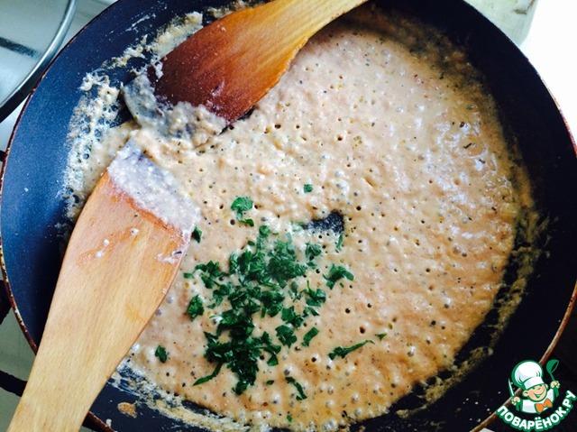 В конце - рубленная зелень. Ох и вкусный соус. Такой, сырно-помидорный вкус выходит. То, что там творог, мало кто догадается, попробовав. Цвет - приятно-розоватый.