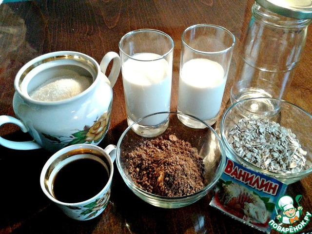 Для приготовления быстрой овсянки нам понадобятся: овсяные хлопья не быстрого приготовления, какао-порошок, сахар, кофе натуральный молотый, кипяток, кефир, молоко, ванилин и стеклянная баночка на 0,5 л.   Кофе залейте небольшим количеством кипятка и оставьте настояться.