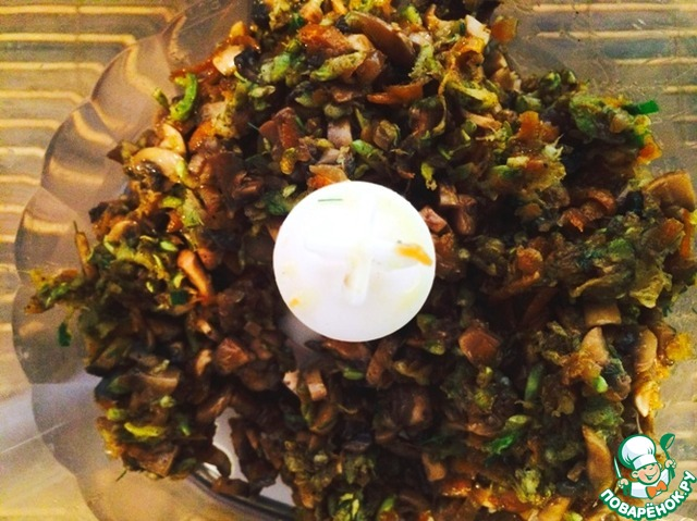 Соединяем кабачки и грибы в чаше блендера, перекручиваем до однородной паштетной массы.