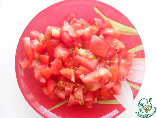 Отварить в подсолённой воде рис, в это время подготовить овощи. Нарезать помидоры.
