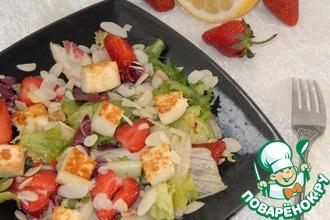 Салат с клубникой, жаренным сыром и миндалём