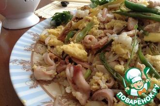 Рис в тайском стиле с кальмарами и омлетом