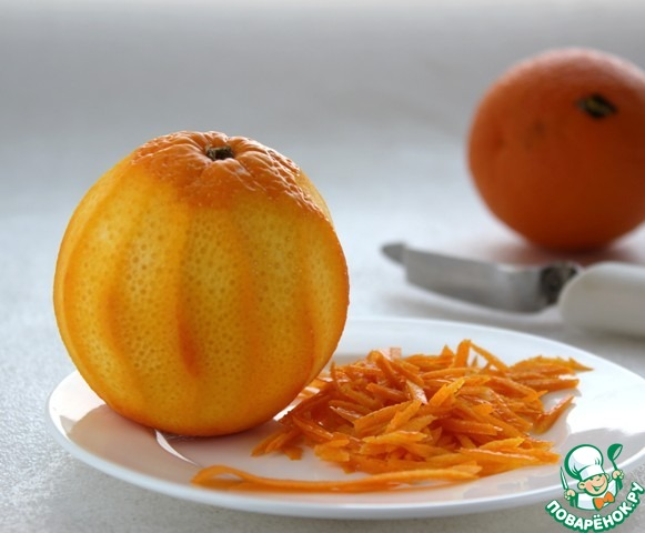 Цедру апельсина без белой мякоти мелко нарезать и проварить в небольшом количестве воды в течение 15 мин.