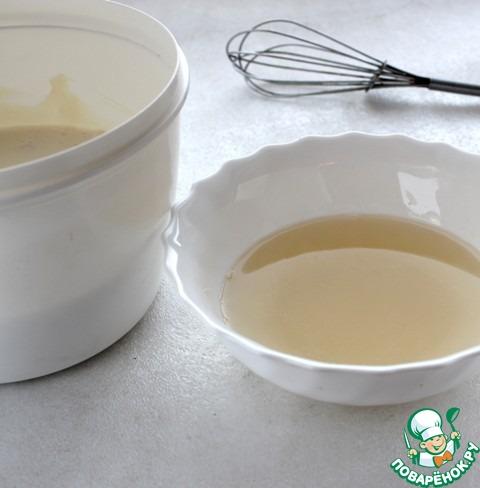 Распущенный желатин нагреть на водяной бане и теплым (но не горячим) влить в творожную массу.   Затем ввести взбитые сливки так, чтобы они не осели.