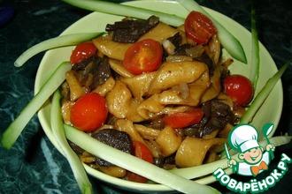 Лапша с грибами и помидорами
