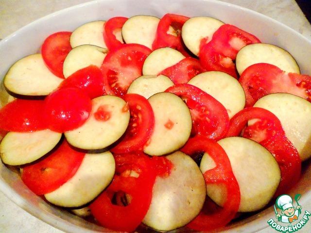 Нарезать на тонкие кружочки помидоры и баклажан и положить поверх рулетиков.
