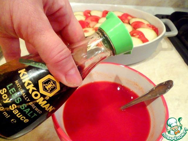 Готовим соус. Смешать в воде томатную пасту высокого качества, сушеный базилик, сушеный чеснок, соевый соус фирмы Kikkoman и соль по вкусу.