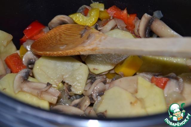 Добавляем грибы и жарим, периодически помешивая, 3-5 мин. Добавляем болгарский перец и картофель, перемешиваем.