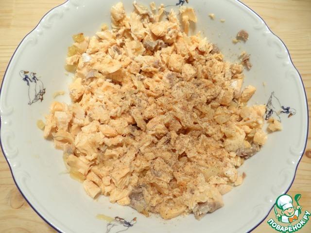 Добавляю соль и молотый белый перец по вкусу, обжаренный лук, массу перемешиваю.