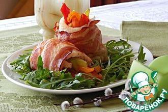 Филе белой рыбы с овощами в беконе