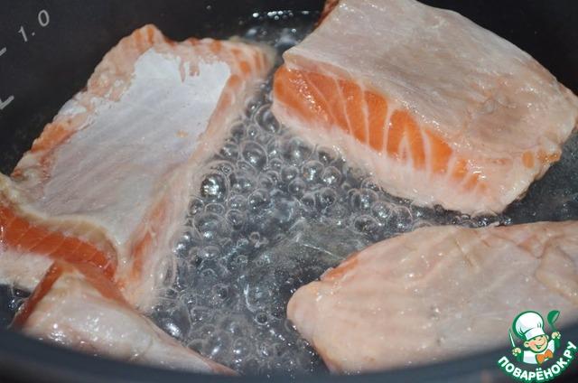 Разогреть в режиме Поджаривание оливковое масло и обжарить рыбу до золотистой корочки, по 5 мин. с каждой стороны.