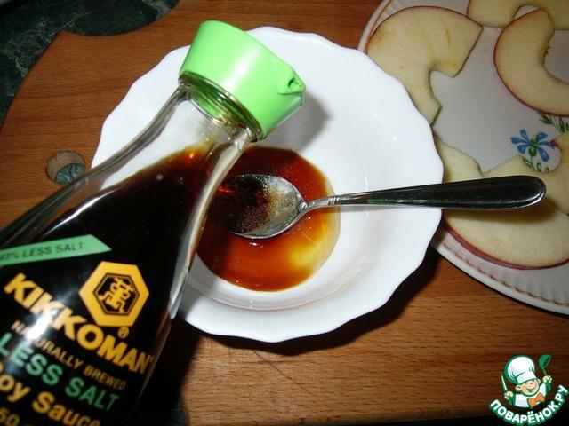 """Приготовить маринад. Смешиваем 0,5 ч. л. соевого соуса ТМ""""Kikkoman"""" c мёдом и лимонным соком"""