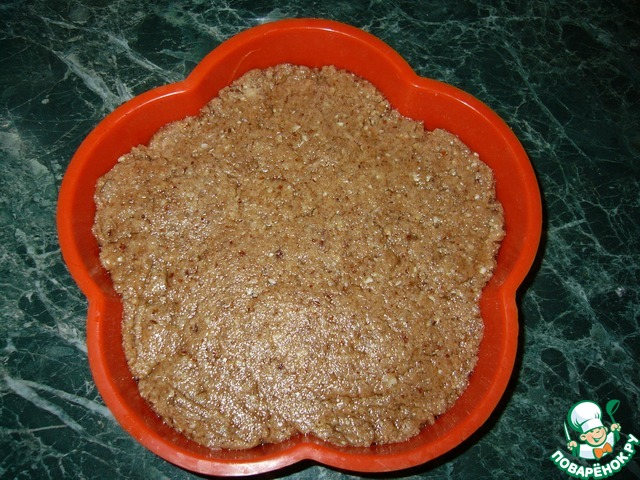 Включаем духовку на 180 градусов. Форму для запекания смазываем растительным маслом и выкладываем тесто