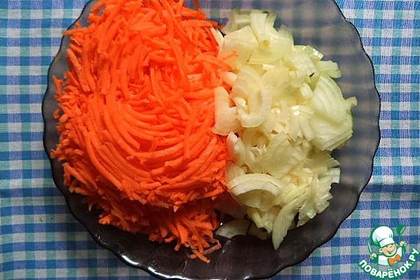 Морковку натереть на тёрке, лук порезать, как любите, я порезала тонкими четверть-кольцами