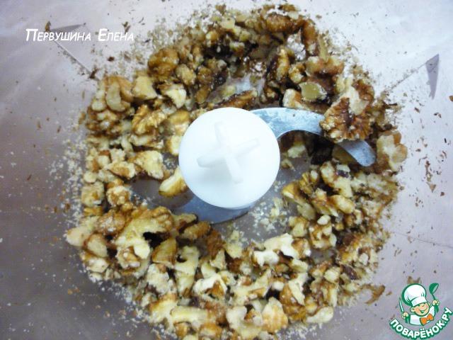 Сразу оговорюсь: свекла, картошка и капуста берется строго по индивидуальным предпочтениям, так как кто любит погуще, кто больше картошки, кто капусты. Я описала свою норму.       Ставим воду на плиту.    Орехи помещаем в блендер и