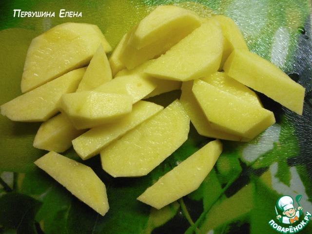 Картошку чистим и режем брусочками. Закидываем в уже закипевшую воду свеклу и картофель. Многие вытаскивают свеклу после того, как она отдает свой цвет, я ее всегда оставляю, так как люблю ее вкус и запах.