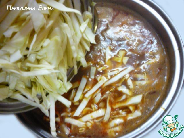 Когда картофель уже сварится, вместе с зажаркой, кладем капусту в будущий борщ.