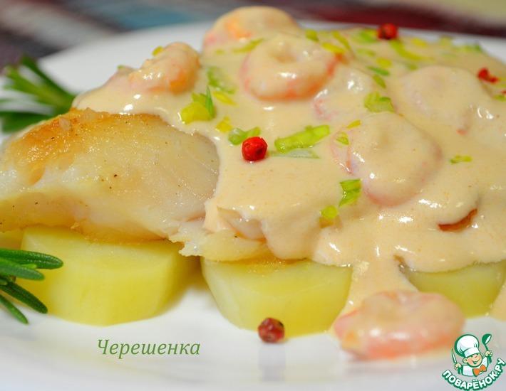 Белая рыба с розовым соусом и креветками
