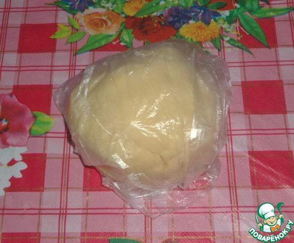 Приготовим песочное тесто: смешать муку и масло сливочное, затем добавить желток, сметану, сахар. Замесить тесто. Поставить в холодильник на 30 мин.