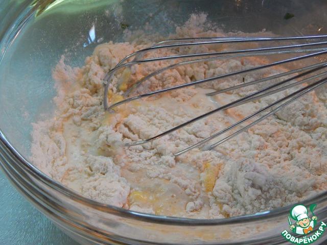 Замешиваем тесто: смешиваем просеянную муку, сахар, соль. Добавляем молоко и желтки яиц.