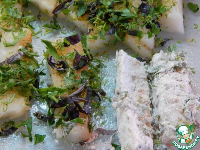Рыбу посыпаем солью, специями, обваливаем в зелени, затем в муке.