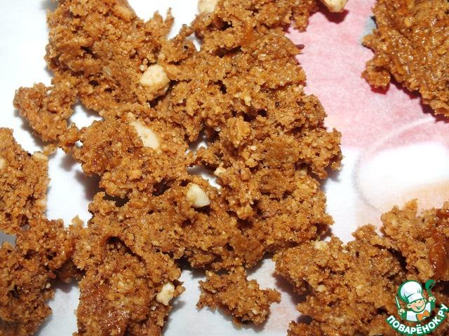В горячий сахар добавить орехи, перемешать.    Выложить на бумагу для охлаждения