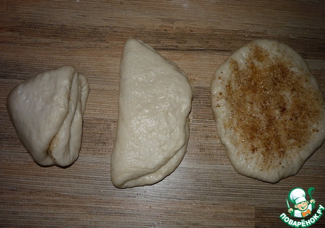 Приготовить смесь из коричневого сахара (Мистраль отлично подходит) и корицы. Вообще, тут вариантов масса: сахар-орехи, сахар-мак, сахар- еще чего-нибудь).    Смазать лепешки маслом растительным, обильно посыпать сладкой смесью. А дальше складываем. Пополам, потом еще раз пополам (на фото-эволюция лепешки в булочную заготовку, правда, в обратном порядке получилось))).