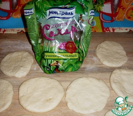 Замесить тесто (мука, дрожжи, соль, сахар 2 ст. л., масло растительное, вода). Я это делаю в хлебопечке, думаю, хозяюшки знают, как справиться без нее).    Раскатать из готового теста небольшие лепешки (тесто очень хорошее - податливое, не липнет к рукам, ну, и вкусное, конечно).