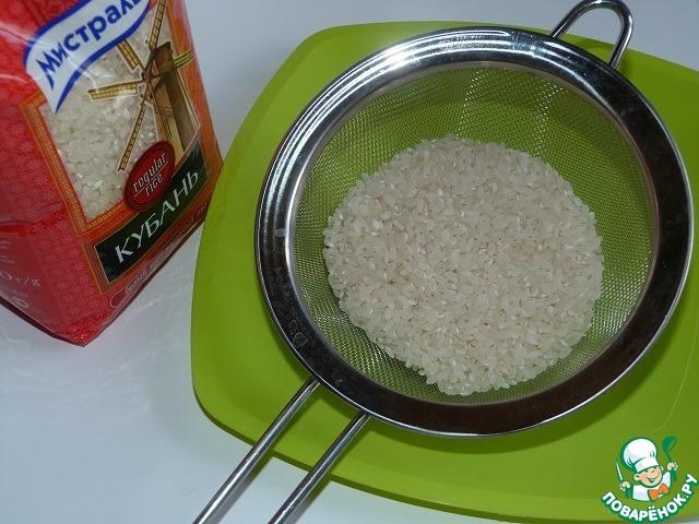 """Подготовить рис: отсыпать нужное количество, промыть и оставить в ситечке """"просохнуть"""".    Для супов я люблю использовать круглозерный рис """"Кубань"""" от Мистраль."""