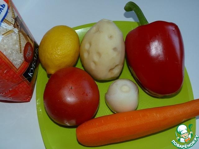 Помыть и почистить овощи.   Морковь натереть на средней терке;     картофель, перец и помидор нарезать кубиками, с помидора предварительно снять шкурку;     лук нарезать полукольцами.    С лимона надо будет снять цедру.
