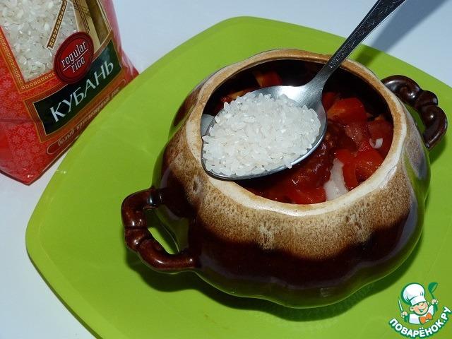 """Овощи разложить по горшочкам. К овощам добавить рис - по 2 ст. ложки (без верха) в каждый горшочек.    Затем посолить, по желанию поперчить и добавить томатную пасту (я люблю добавлять """"смесь"""": томатная паста + соус """"хреновина"""").    Теперь в каждый горшочек надо налить воду (кипяченую, горячую)."""