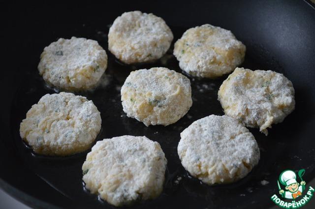 На сковороде разогреть растительное масло.    Из рисовой массы сформировать небольшие котлетки, обвалять в панировочных сухарях (или муке) и обжарить до золотистого цвета с двух сторон.