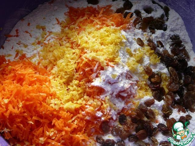 Смешиваем с мукой тертую морковь, цедру лимона, распаренный и отжатый изюм.