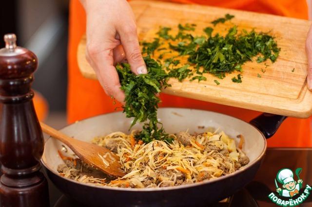 Начинку перемешать, выровнять на соль, перец и добавить мелко нарезанную зелень. Снять с огня и остудить.