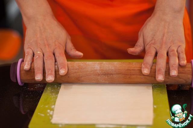 Слоеное тесто раскатать в одном направлении так, чтобы получился прямоугольник