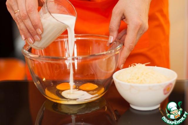 Приготовить заливку: яйца взболтать с молоком и высыпать к ним натертый сыр