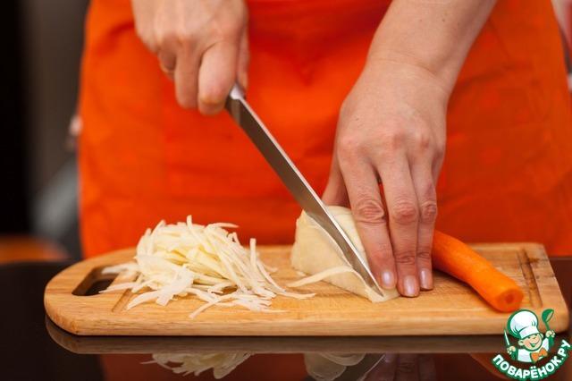 Слоеное тесто достать из морозильной камеры и оставить при комнатной температуре.    Капусту тонко нашинковать,     луковицу и морковь нарезать брусочками.