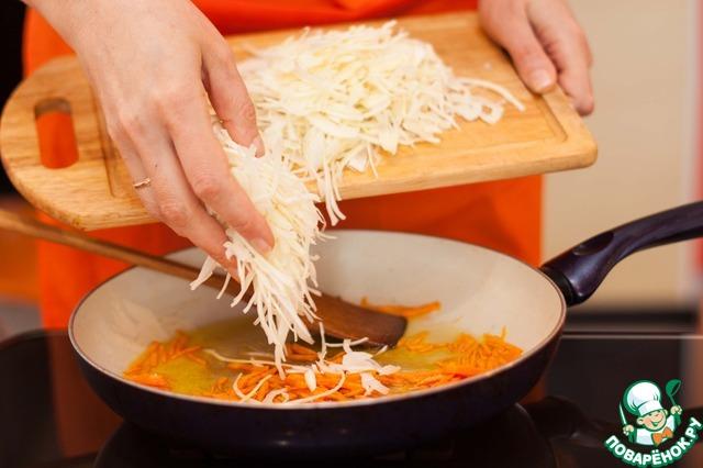 На растительном масле обжарить лук и морковь. Добавить нашинкованную капусту. Потушить до мягкости под крышкой.